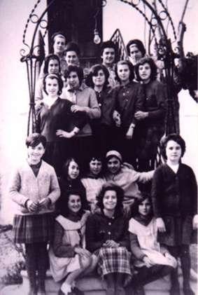 111.-Trabajadoras-del-telar-en-el-patio-del-convento.-Hacia-1965.-Procedencia-Consuelo-Pleite