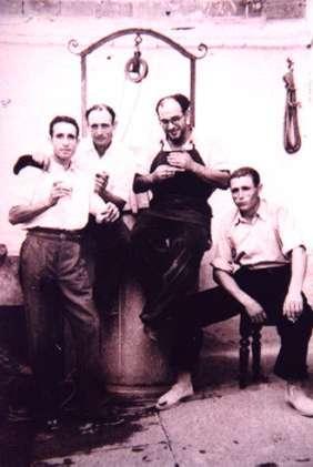 112.-Grupo-de-vecinos-en-el-patio-de-la-taberna-Casa-Paco.-Hacia-1965.-Procedencia-Francisco-Pleite