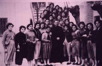 120.-Trabajadoras-del-telar-en-el-patio-del-convento.-Hacia-1965.-Procedencia-Raul-del-Cerro