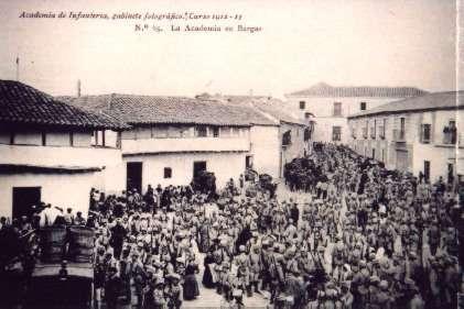 15.-la-Academia-de-Infanteria-en-su-paso-por-la-calle-Benito-G.Parra.-1913.-Proc.-Julia-Hernandez