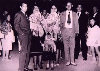 153.-Pepa-Sanchez-con-unos-amigos-durante-las-fiestas.-Decada-de-1960.-Procedencia-Josefa-Sanchez