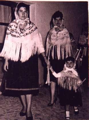 154.-Pepa-Sanchez-con-su-sobrina-Conchi-durante-la-Procesion.-Hacia-1960.-Pr.-Josefa-Sanchez