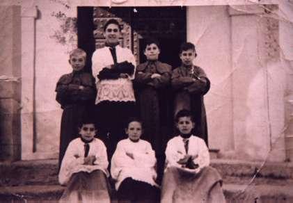 155.-Jose-Sanchez-Perez-con-otros-monaguillos-y-el-sacristan-Nicolas.-Ano-1954.-Procedencia-Josefa-Sanch