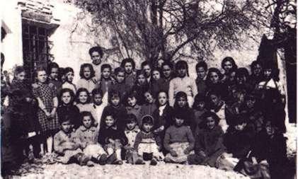 159.-Dna.-Pepita-y-sus-alumnas-en-el-patio-de-la-antigua-Agrupacion-Escolar-Florida-Blanca.-Hacia-1950.-