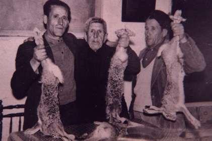 161.-Jose-Fernandez--Catalillo--con-Benito-y-Cano-mostrando-liebres-de-caza.-Ano-1960.-Proc.-Manuel-M-F
