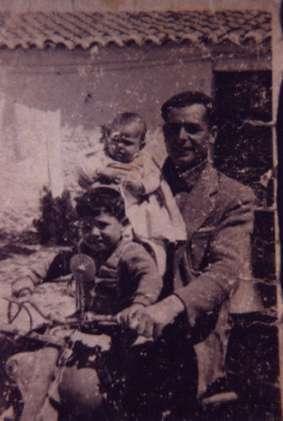 163.-Inocencio-Gutierrez--El-Huevero--con-sus-hijos-Julian-y-Rafael.-Ano-1959.-Procedencia-Inocencio-Gut