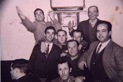 176.-Manolito-de-Loranque-y-su-cuadrilla-en-el-Bar-Ideal.-Ano-1962.-Procedencia-Angeles-del-Cerro