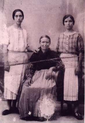 180.-Anita-La-Rondina-con-sus-hijas-Saturnina-y-Jeronima.-Hacia-1925.-Procedencia-Pilar-Hdez.-Paramo