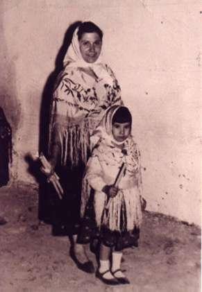 188.-Manuela-Silva-con-su-hija-Ana-Mari-durante-la-Procesion.-Ano-1964.-Pr.-Josefa-Sanchez