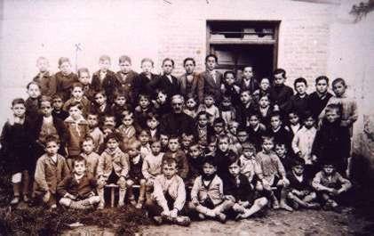 19.-Grupo-escolar-con-el-maestro-Don-Tomas-Gil-de-Andres.-Ano-1935.-Procedencia-Archivo-Municipal