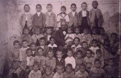 21.-Grupo-escolar-con-el-maestro-Don-Tomas-Gil-de-Andres.-Ano-1925.-Procedencia-Archivo-Municipal