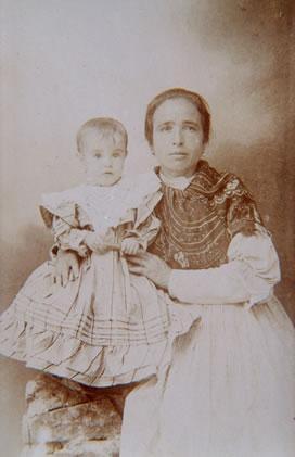 218.-Romualda-Oropesa-Sanchez-con-su-hija-Trinidad.-Hacia-1906.-Procedencia-Vicenta-Alconchel