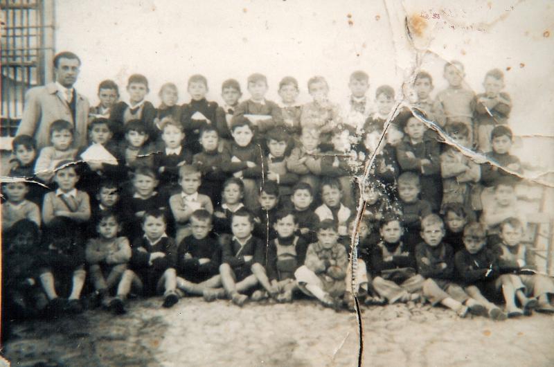 22.-Grupo-escolar-con-el-maestroD.-Antonio-Tellez.-Ano-1950.-Procedencia-Jose-Gutierrez-Perezagua