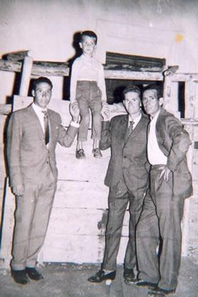 221.Juan-Jose-Bargueno-Perez-subido-al-burladero-de-la-plaza-de-toros,-con-sus-primos.-1962.-Pr.-Rosario-Bargueno