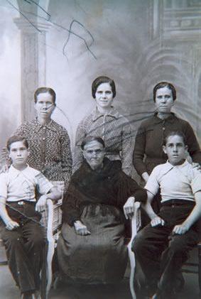 224.-Familia-de-Higinia-Gutierrez.-Hacia-1935.-Procedencia-Rosario-Bargueno