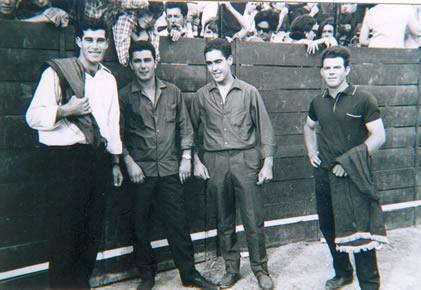 227.-Mozos-en-la-plaza-de-toros-portatil.-Decada-de-1960.-Procedencia-Rosario-Bargueno