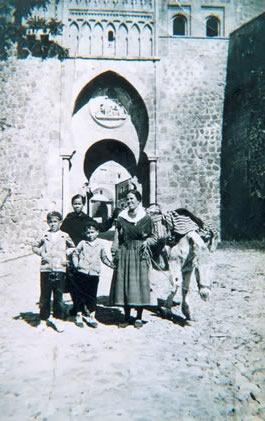 229.-Arrieros-en-la-Puerta-del-Sol-de-Toledo.-Hacia-1925.-Procedencia-Rosario-Bargueno