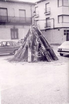 232.-Hoguera-de-fin-de-ano-en-la-plaza-del-Ayuntamiento.-Ano-1995.-Pr.-Severiano-del-Cerro