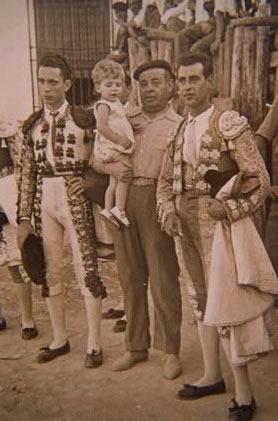 254.-Manuel-Schez.-de-la-Fuente-con-Victor-Quintanilla-y-los-toreros-Juli-y-Enrique-Diez.-1957.