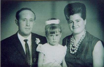257.-Josefa-Garcia-Moreno-y-Manuel-Hdez.Villaluenga-con-su-nieta-Elisabeth.-Hacia-1965.-Procedencia-Pila