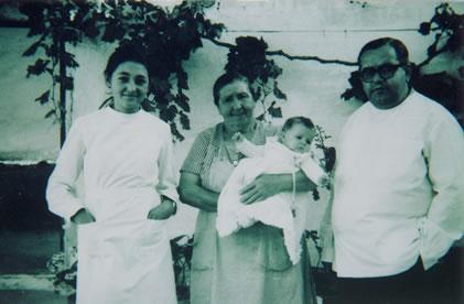 261.-Feli-Mena-y-Alejandro-Ronco-con-la-hija-de-Maria-Arnaez-en-brazos-de-Nati.-Ano-1973.-Proced.-M-Sol