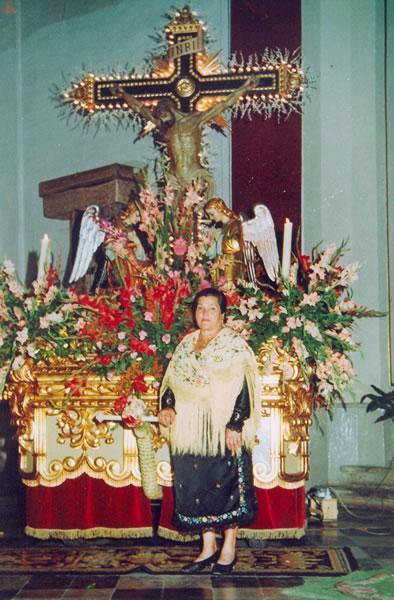 284.-Manola-Garcia-junto-al-Cristo-de-la-Sala.-Ano-1950.-Procedencia-Manuela-Garcia-Gutierrez
