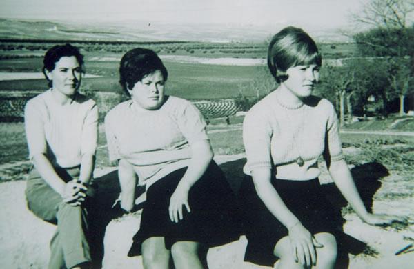 295.-Mª-Angeles-Cerdeno-con-su-prima-Salud-y-su-amiga-Josefa.-Ano-1968.-Proced.-Manuela-Garcia-Grrez.