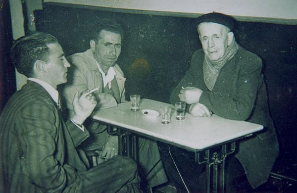 307.-El-Tio-Leonardo-el-Botero-con-su-hijo-y-un-amigo-en-la-taberna-de-Manolo.-Hacia-1955.-Procedencia-G