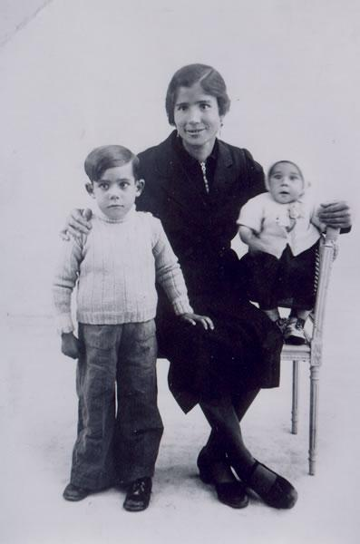 313.-Hilaria-Sanchez-con-sus-hijos-Andres-y-Maria-durante-su-exilio-en-Francia.-Ano--1938.-Proced.-Maria