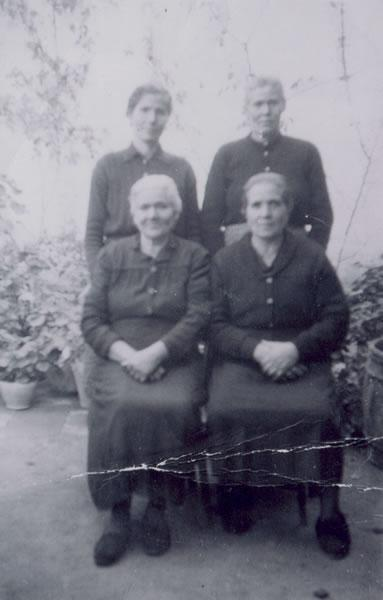 314.-Las-Hermanas-Ramona,-Paulina,-Francisca-e-Hilaria-Sanchez--Las-Canarias-.-Hacia-1955.-Proced.-Maria