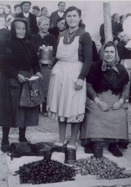 320.-Maria-Gutierrez-con-su-madre,-Nicasia-en-Horcajo-de-Santiago-(Cuenca)-1957.-Pr.Maria-Grrez