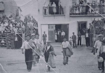 328.-Paseillo-de-mozos.-Entre-ellos-el-pregonero-Manuel-Perez.-Hacia-1940.-Proc.-Pilar-Bargueno