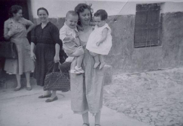 340.-M-Antonia-Bargueno-con-sus-vecinas-Carmen-y-Angelita.-Procedencia-Manuela-Perez-Martin