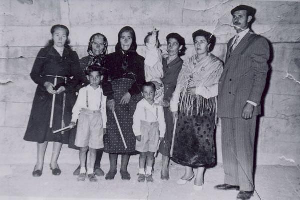 347.-Famila-de-Juliana-Garcia--Ojito--durante-la-Procesion.-Proc.-Manuela-Perez.-Foto-Alfonso