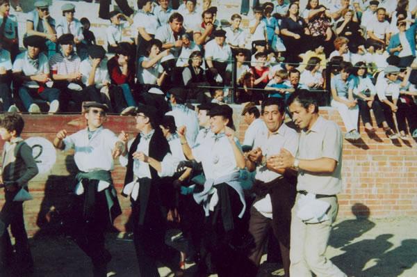 364.-Grupo-de-la-Pena-La-Viga-durante-las-fiestas.-Hacia-1985.-Procedencia-Manuela-Perez