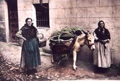 37.-Petra-Bargueno-y-Dolores-Gutierrez,-recoveras.--Hacia-1940.-Procedencia-Petra-Pleite
