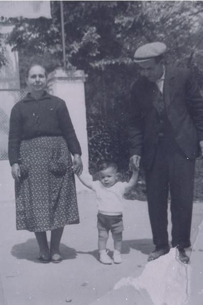 375.-Gregorio-Schez.-Pantoja-y-Faustina-Alconchel-con-su-nieto-Jose-Luis.-Hacia-1960.-Procedencia-Maria-
