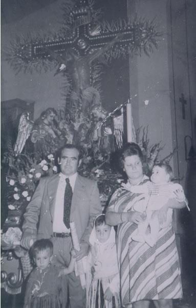 379.-Familia-de-Antonio-Garcia-y-Sagrario-Martin-ante-el-Cristo-de-la-Sala.-Ano-1976.-Procedencia-Sagrar