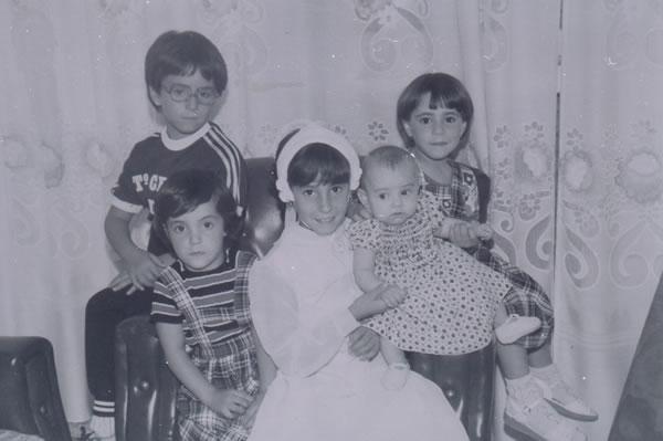 380.-Isabel-Garcia-Martin-en-el-dia-de-su-Primera-Comunion,-con-sus-hermanas.-Ano-1980.