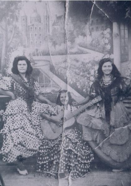 384.-Victoria-y-Dolores-Hernandez-con-su-amiga-Francisca-durante-las-fiestas.-Ano-1947.-V.Hdez.