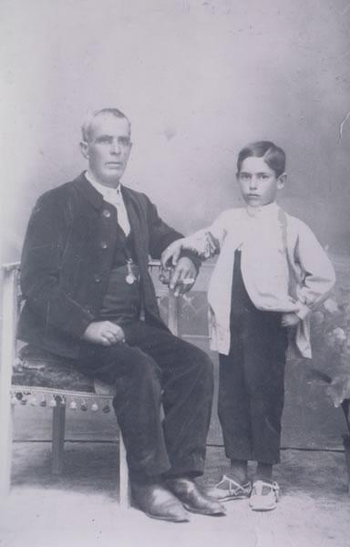 389.-Anselmo-Alonso-con-su-hijo-Crisanto.-Procedencia-M-Luisa-Moreno