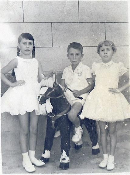 403.-Ma-Jesus-Holgado-con-los-hermanos-Constantino-y-Maribel-Garcia.-Ano-1961.-Procedencia-M-Jesus-Holg