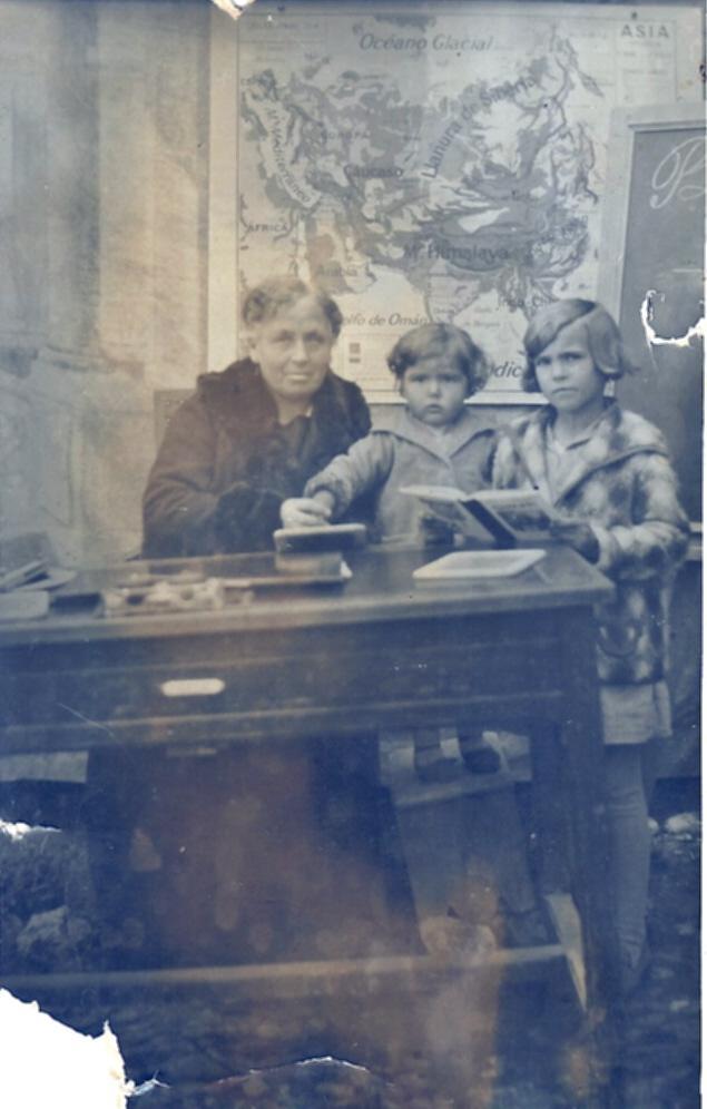 406.-Enriqueta-Garcia-y-su-prima-Carmen-con-la-maestra-Dª-Maria-Revilla.-Hacia-1929.-Procedencia-Mª-Jesu