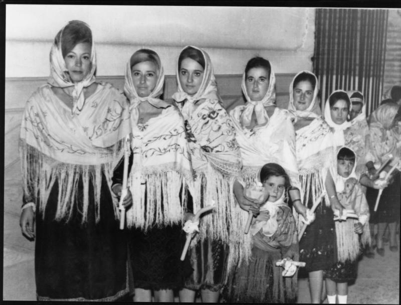 422.-Isabel-Coque-con-otras-mujeres-durante-la-Procesion.-Procedencia-Pedro-Lazaro-Carrasco