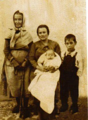 437.-Familia-de-los-Candongueros-Alhambra.-Ano-1948.-Proced.-Antonio-Hernandez-Alhambra