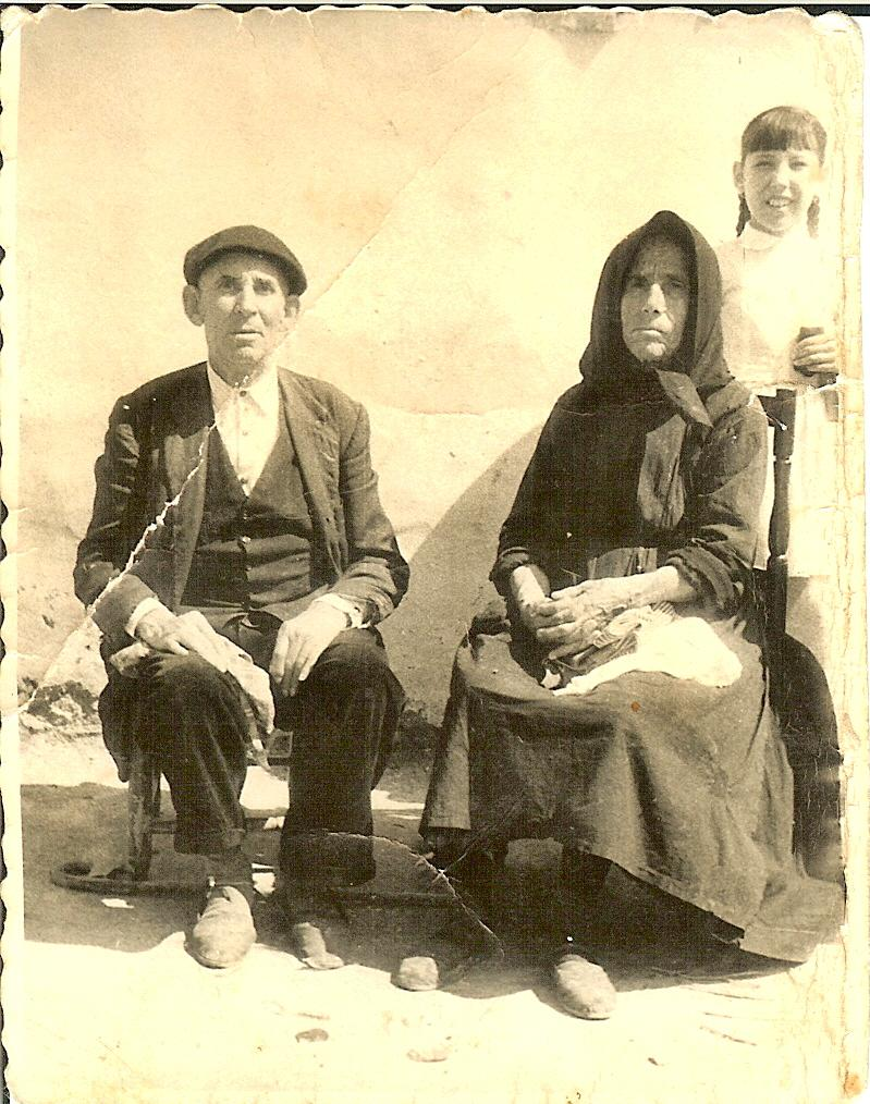 443.-Felix-Villasevil-y-Felipa-Alonso-con-su-nieta-Tere-en-una-boda.-Ano-1956.-Pr.-M.Teresa-Fdez.Villasevil