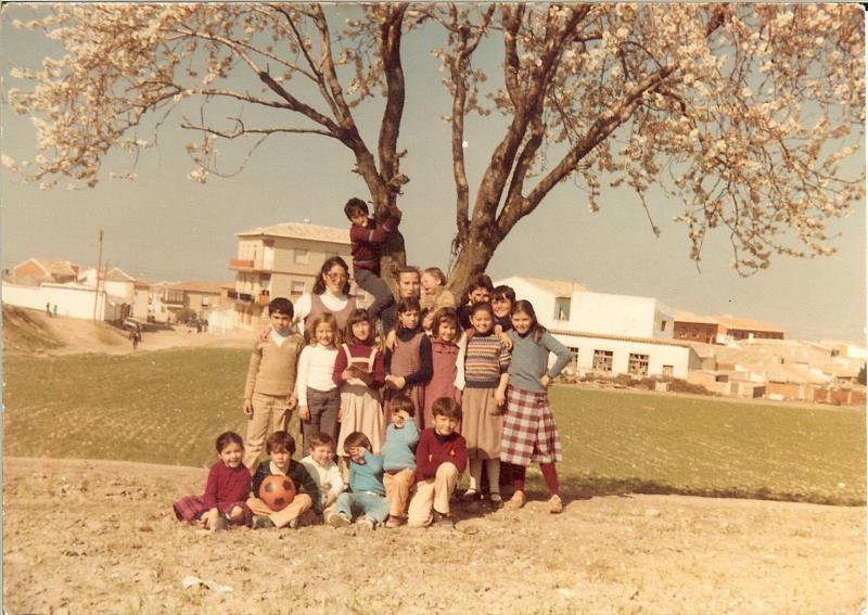 445.-Juliana-Bargueno-con-sus-hijos-y-otros-vecinos-del-barrio-Cerro-de-San-Sebastian.-Pr.-Teresa-F.Villasevil