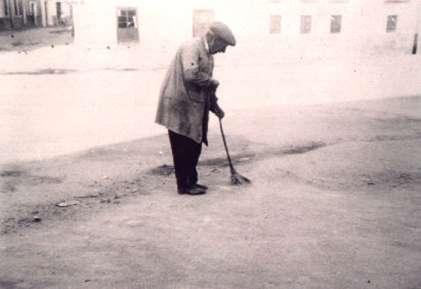 47.Fernando-Ontalba-el-Chalan-junto-a-su-carniceria-de-la-calle-Benito-G.-Parra.1962.