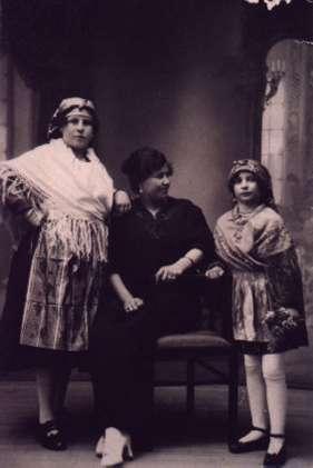 50.-Juana-y-Lucrecia-Ontalba-con-la-nina-Maria-Bargueno.-Ano-1923.-Procedencia-Isabel-de-la-Fuente