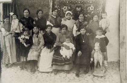 53.-Grupo-de-vecinas-con-sus-hijos.-Ano-1921.-Procedencia-Archivo-Municipal